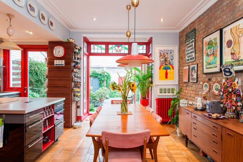 Интерьер кухни загородного дома в стиле китч